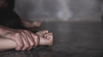 ঈদে বেড়াতে যাওয়ার পথে স্বামীকে আটকে ফাস্টফুডের দোকানে স্ত্রীকে গণধর্ষণ
